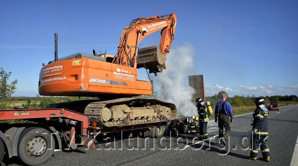 Dækket på et sættevogn brød i brand på Holbækvej ved Birkendegård. Foto: Jens Nielsen