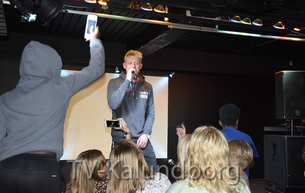 Den populære sanger Bro,alias Kevin Andreasen,gav i går afteskoncert til Juvi Startparty i Juvi Klubben. Foto: Gitte Korsgaard.