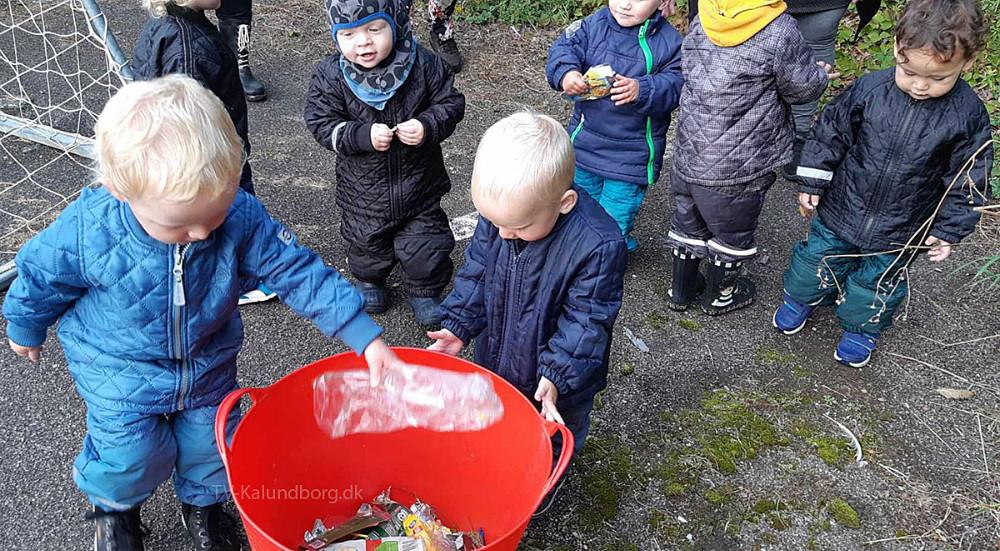Der var stor entusiasme omkring at samle skrald på idrætspladsen blandt dagplejebørnene.