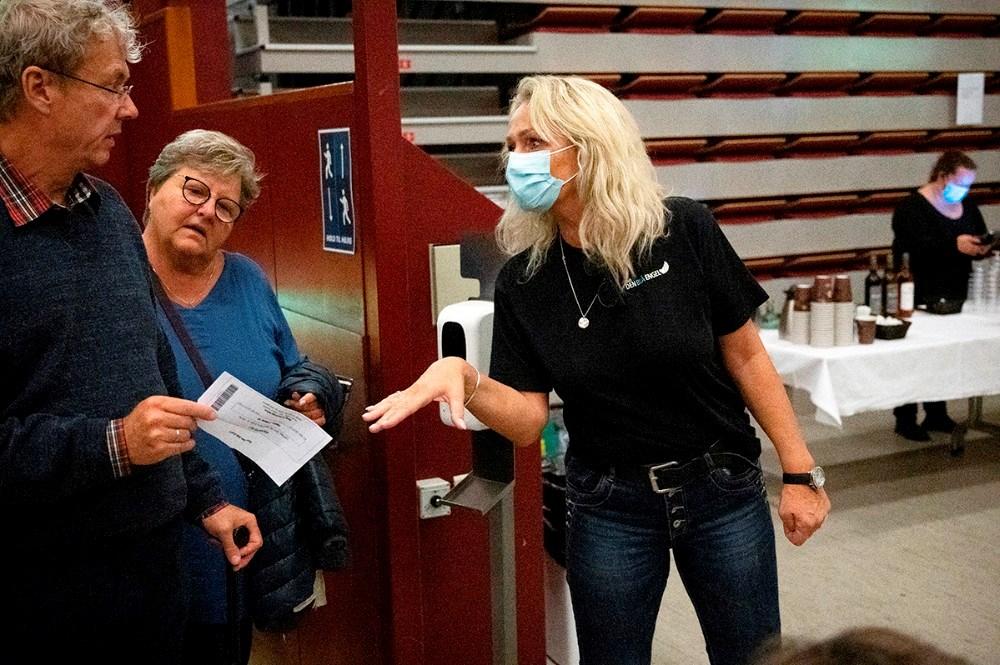 Indehaver af Kino Den Blå Engel, Annette Sønder Nielsen anviste gæsterne deres plads. Foto: Jens Nielsen