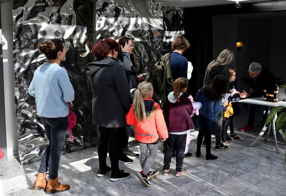 Børnekulturkonsulent Søren Vind tog imod billetterne og hilste på børnenes sovedyr. Foto: Jens Nielsen