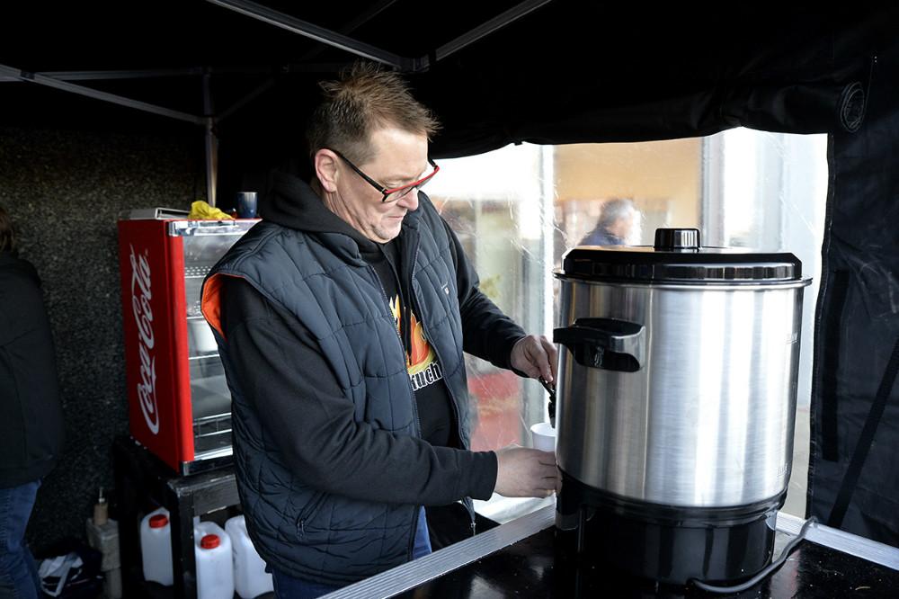 Søren Bang Knudsen serverede dejlig varm Glühwein. Foto: Jens Nielsen
