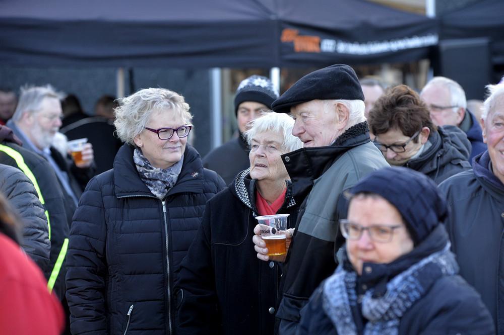 En del trodsede den bidende kulde og mødte op på Stejlhøj for bl.a. at høre Sussi og Leo. Foto: Jens Nielsen