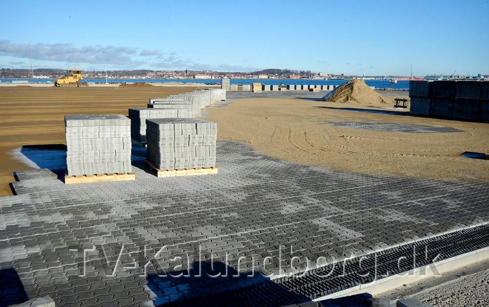 Belægningsarbejder på det areal som skal rumme containerterminalen, er også godt i gang. Foto: Jens Nielsen