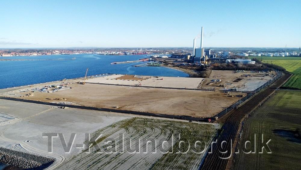 Nu er der kommet asfalt på vejene på Ny Vesthavn, som skal stå færdig til marts 2019, og der er dialog med flere firmaer om leje af arealer på den nye havn. Foto: Jens Nielsen