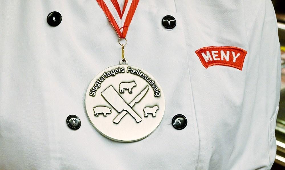 Amber Nasir er med rette stolt af sin sølvmedalje. Foto: Jens Nielsen
