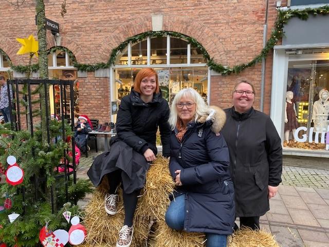 Anne Jørgensen fra Skoringen, Ditte Julie Rosendahl Kaa fra Gliimt og Mie Swärd fra Swärds Guldsmedie, står bag ideen om at få børnehaver til at pynte gadens træer. Privatfoto