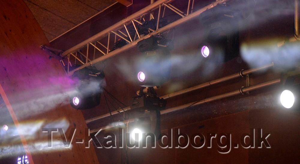 Røg og lys giver i den grad stemning i hallen. Foto: Jens Nielsen