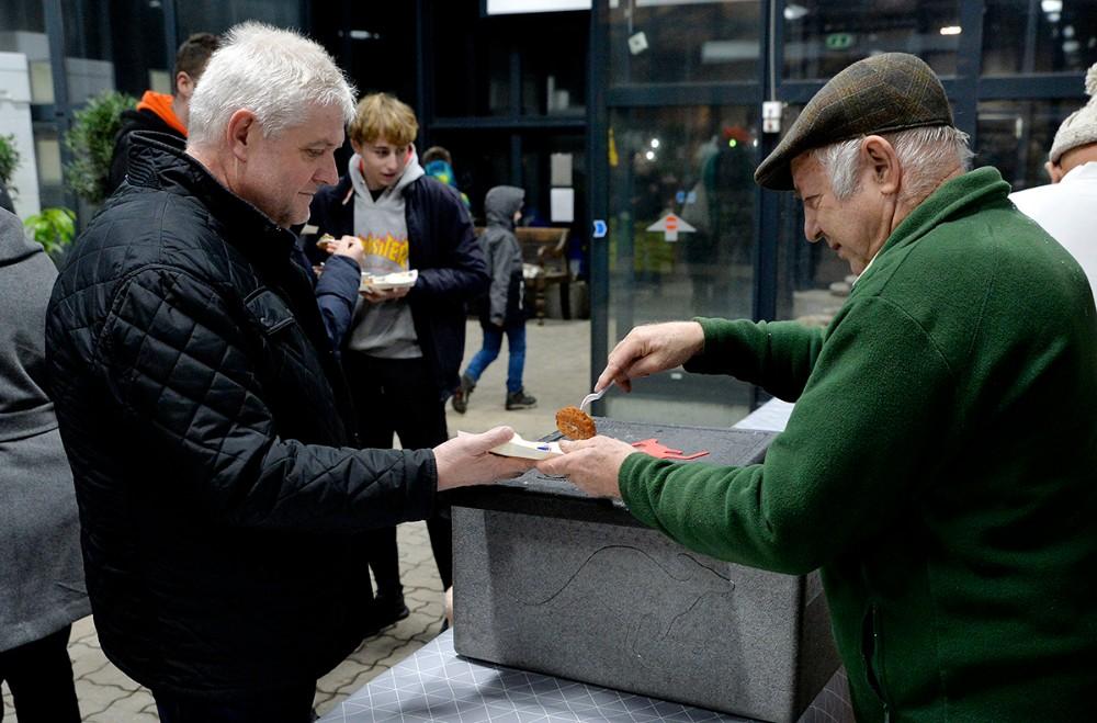 Vilhelm Rosendal, medejer af Havecentret, langede ´deller´ over bordet. Foto: Jens Nielsen