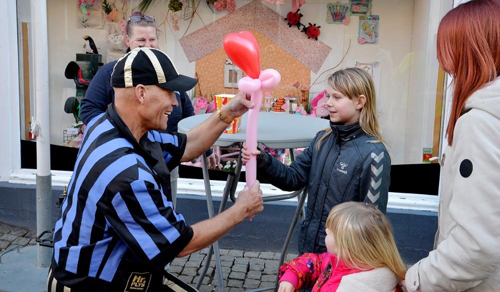 Danmarks eneste ´snydekunstner´ Hr. Plys, underholdte børnene. Foto: Jens Nielsen