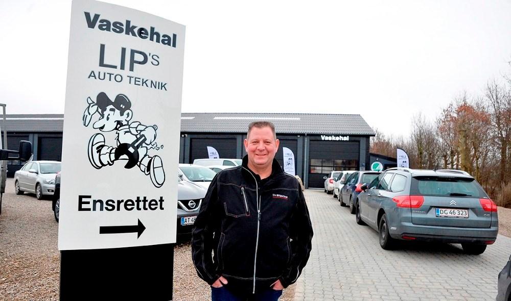 Det er præcis et år siden at Lars Larsen åbnede sin vaskehal, og det har givet mange kunder i forretningen. Foto: Jens Nielsen