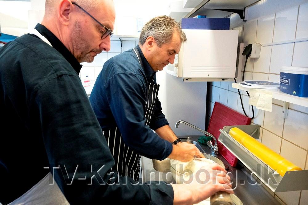 Michel van der Linden og Jan Lysgaard Thomsen i gang med rygeostecremen til laksen. Foto: Jens Nielsen