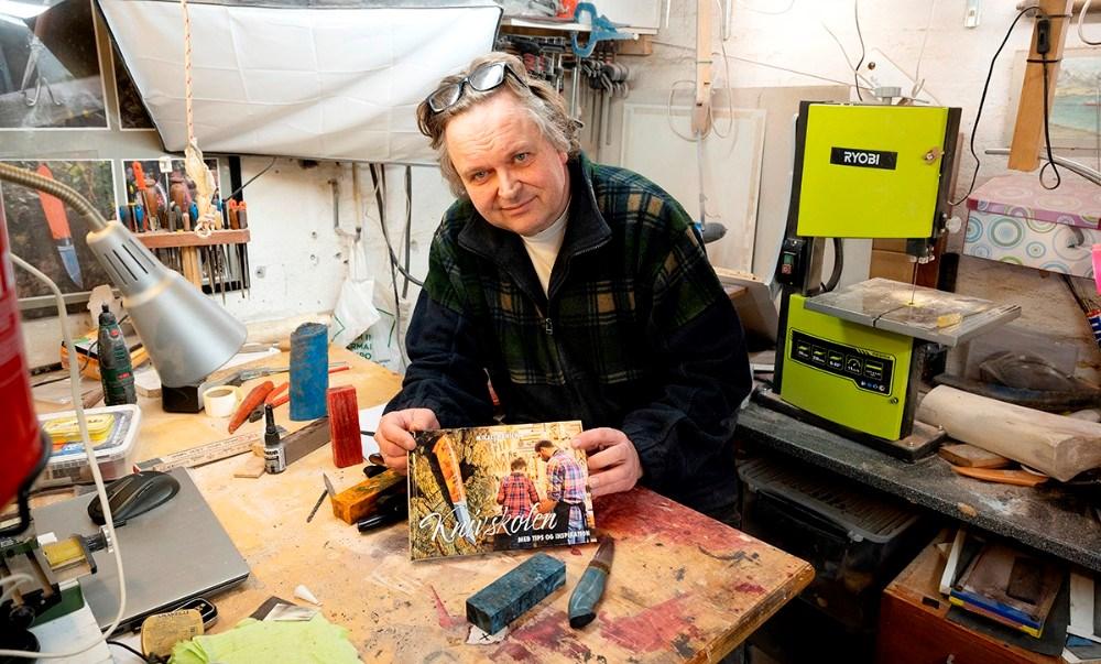 Mikael Hansen med sin nye bog Knivskolen. Foto: Jens Nielsen