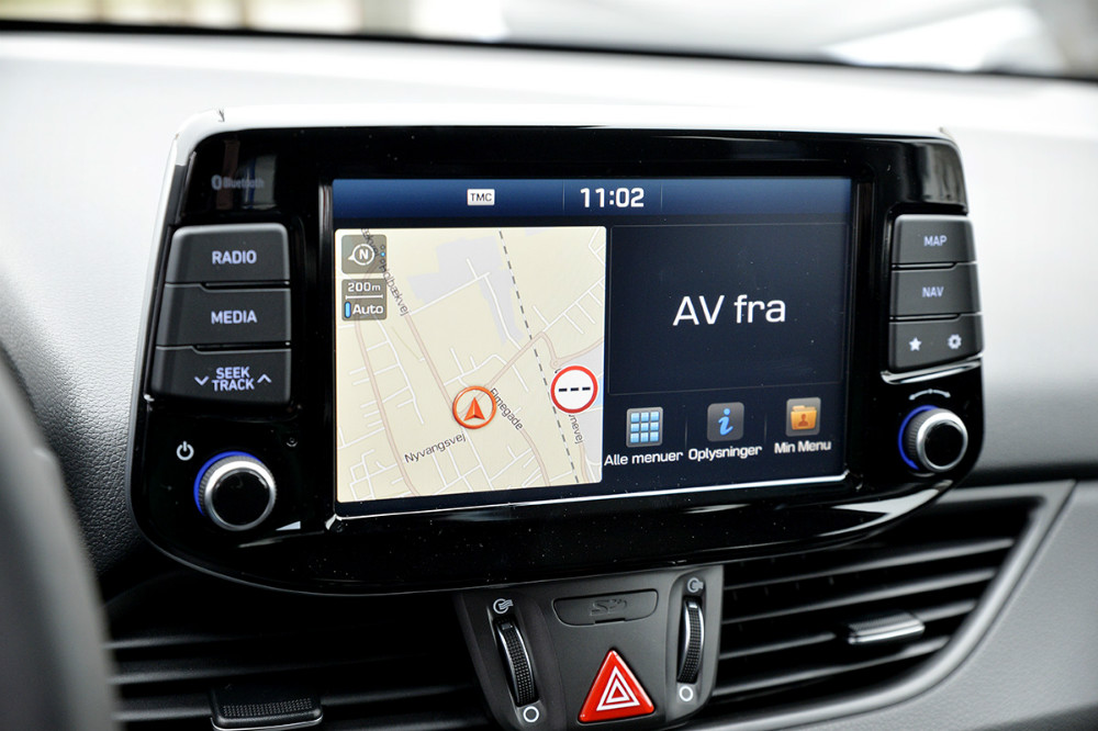 Førerpladsen i den nye Hyundai i30, hvor bl.a. den store skærm til navigationen er flyttet op i arbejdshøjde. Foto: Jens Nielsen