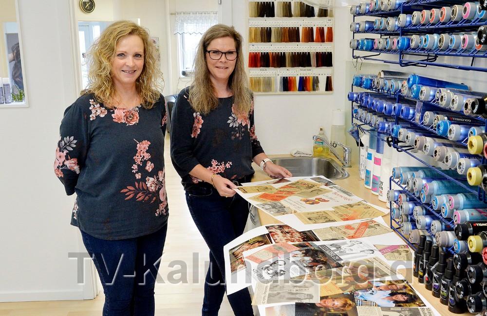 Mie Stokholm og Susanne Falster med de mange billedcollageder fortæller om de 30 år med Frisør Studio 29. Foto: Jens Nielsen