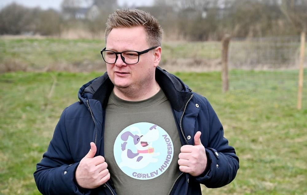 Formand for Gørlev Lokalråd Jonas Henriksen viser den nye trøje frem med hundeskovens logo på. Foto: Jens Nielsen