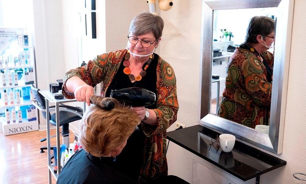 Joan Lyngsøe havde flere kunder i stolen på den første arbejdsdag som selvstændig. Foto: Jens Nielsen