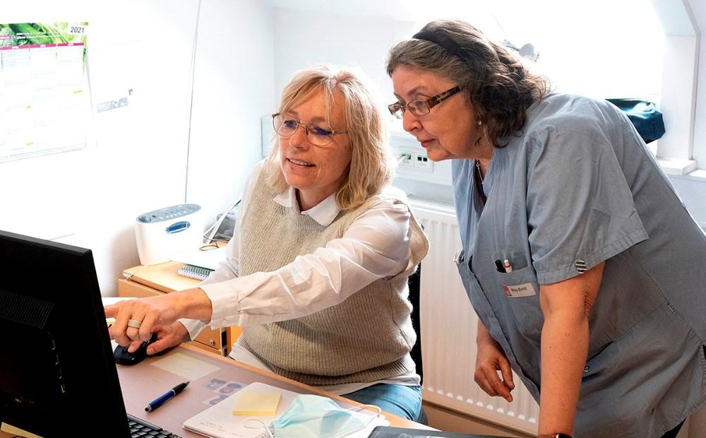 Jane Dahlin, gruppeleder ved Den integrerede Pleje, område Syd, og Maj-Britt Olsen, som er social og sundhedsassistent, vil gerne have flere kollegaer. Foto: Jens Nielsen