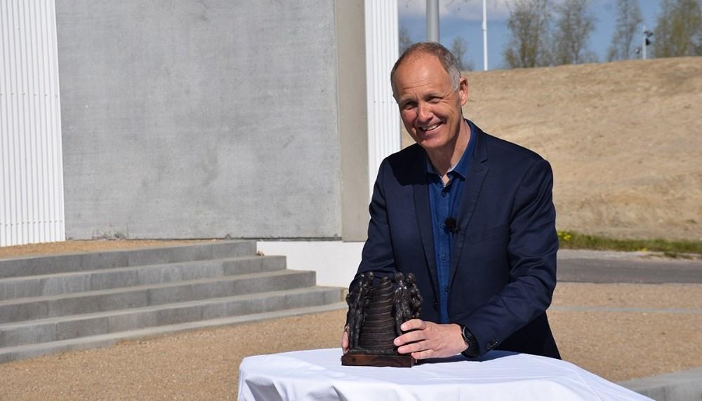 Borgmester i Kalundborg, Martin Damm, med statuetten. Foto: Gitte Korsgaard.