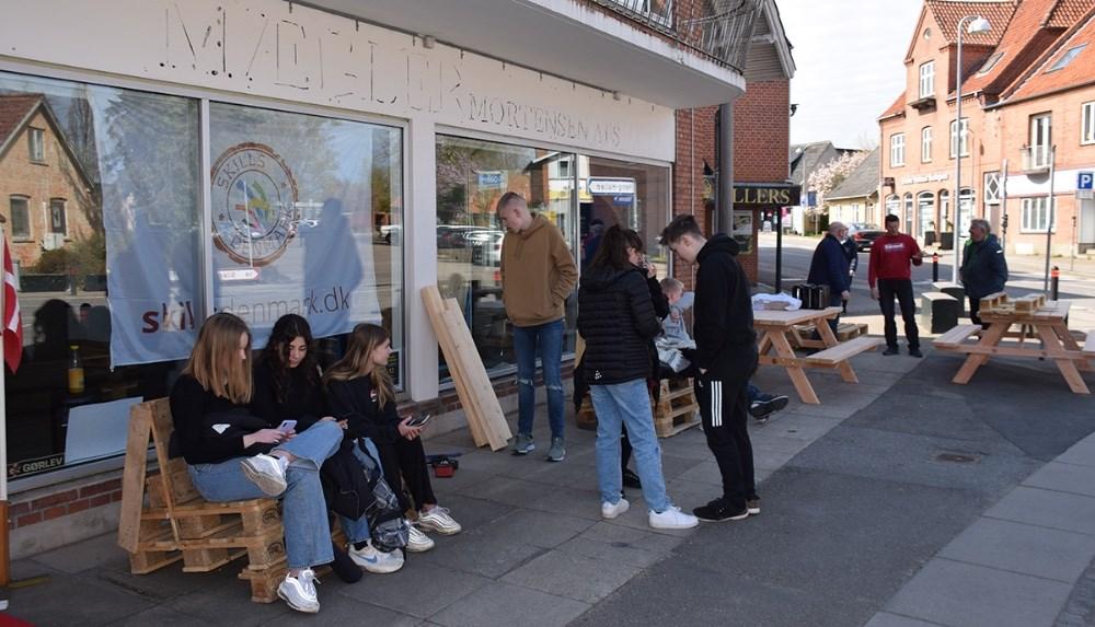 Elever fra Høng Skole byggede sammen med elever fra Tømreruddannelsen i dag møbler ud af EU-paller i Skills butikken i Høng. Foto: Gitte Korsgaard.