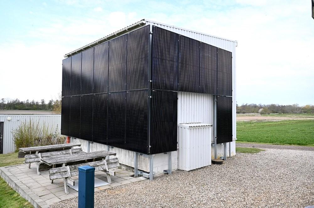 Der er monteret solceller på tre sider af vandværket. Foto: Jens Nielsen