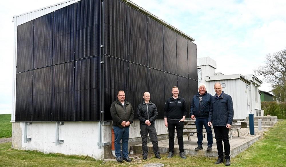 Fra venstre, Michael Nielsen, Thomas Kofoed, Kristian Abkjær, Ole Nielse og Martin Damm foran det nye solcelleanlæg. Foto: Jens Nielsen
