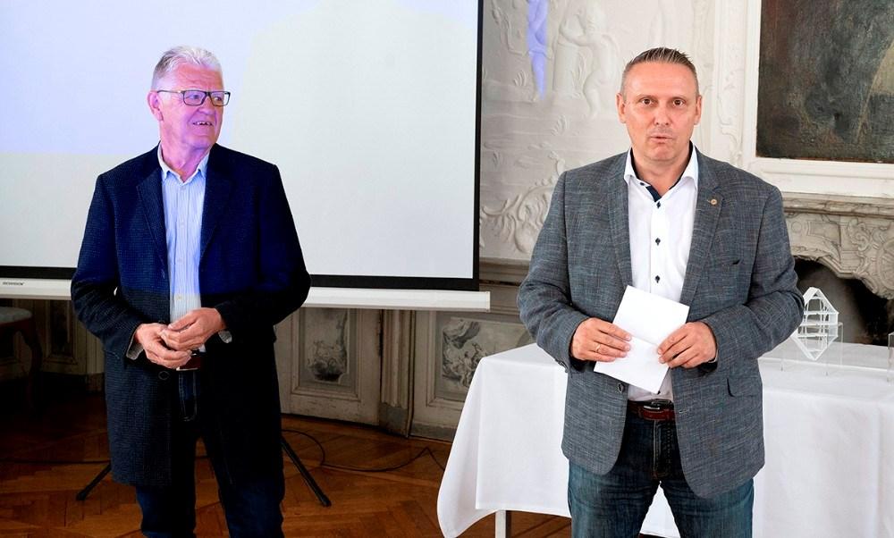 Filialdirektør for Sparekassen Sjælland-Fyn, Klaus Koksby Hansen, th, og bestyrelsesmedlem i Sparekassen Sjælland Fonden, Kjeld Christensen. Foto: Jens Nielsen