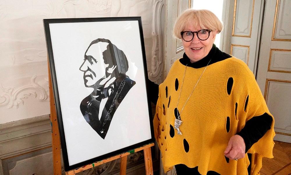 Susanne Weihe med et papirklip af den lokale Jesper Nielsen. Foto: Jens Nielsen