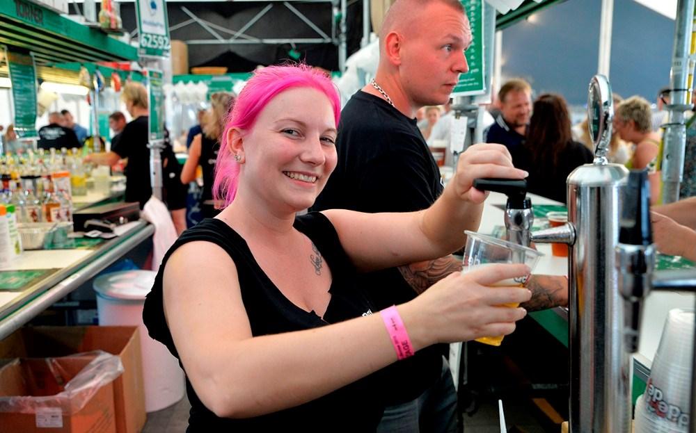 Bolette Meyer bag baren, en af de mange frivillige. Foto: Jens Nielsen