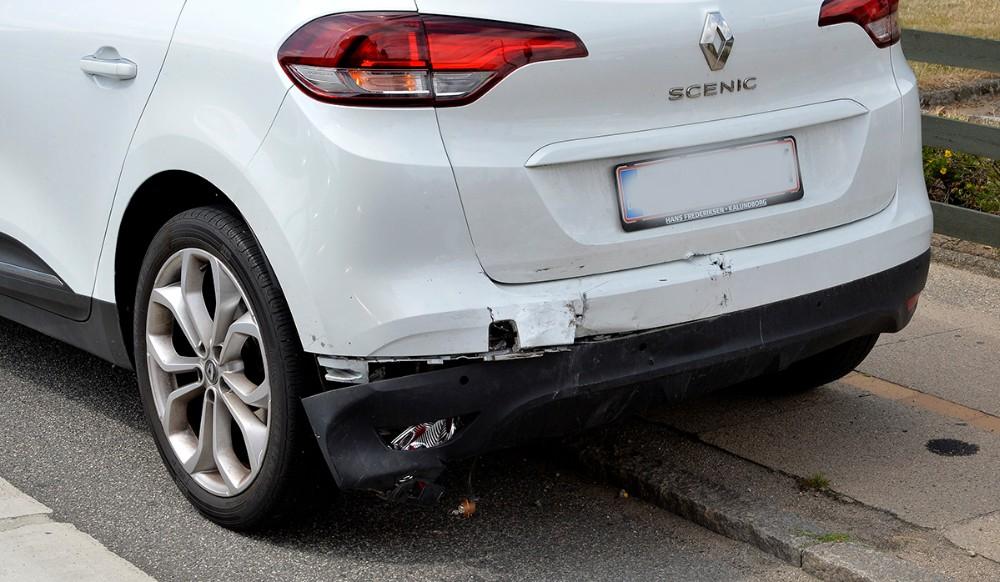 Der blev kun begrænset skade på den bil som blev påkørt. Foto: Jens Nielsen