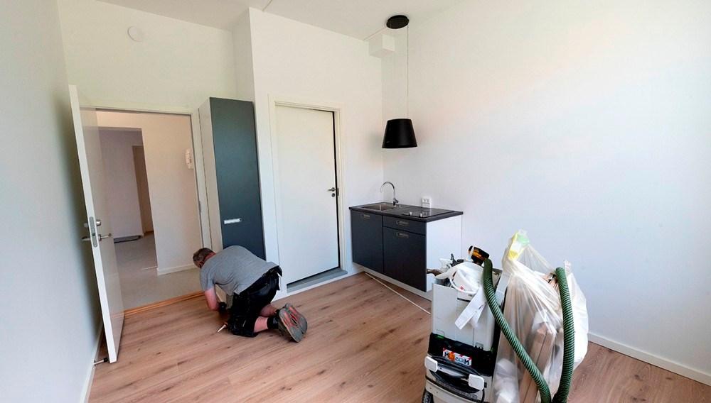 Håndværkerne er ved at lægge sidste hånd på kollegieværelserne. Foto: Jens Nielsen