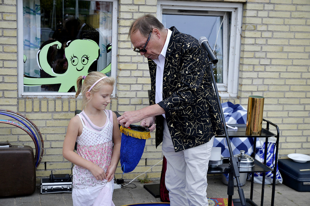 Den lokale tryllekunstner Ole Bünger underholdte de mindste ved Gørlev Bibliotek. Foto: Jens Nielsen