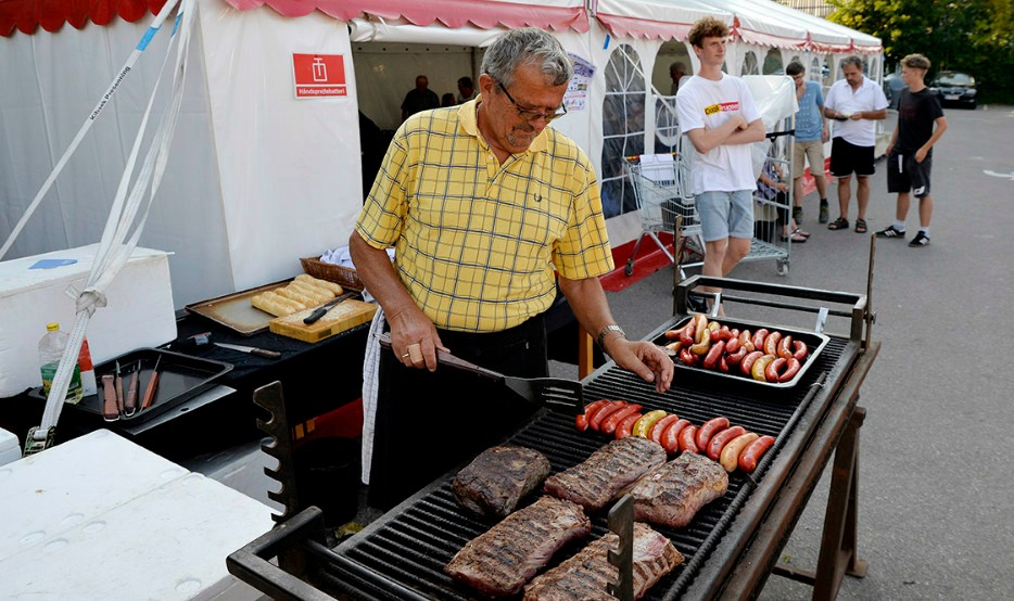 Kok Jens Andersen er klar med masser af kød, pølser og hjemmelavet kartoffelsalat. Foto: Jens Nielsen