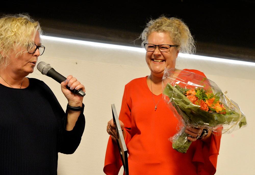 Jane Jensen fik overrakt Frivilliprisen 2018 af Gitte Johansen fra socialudvalget. Foto: Jens Nielsen