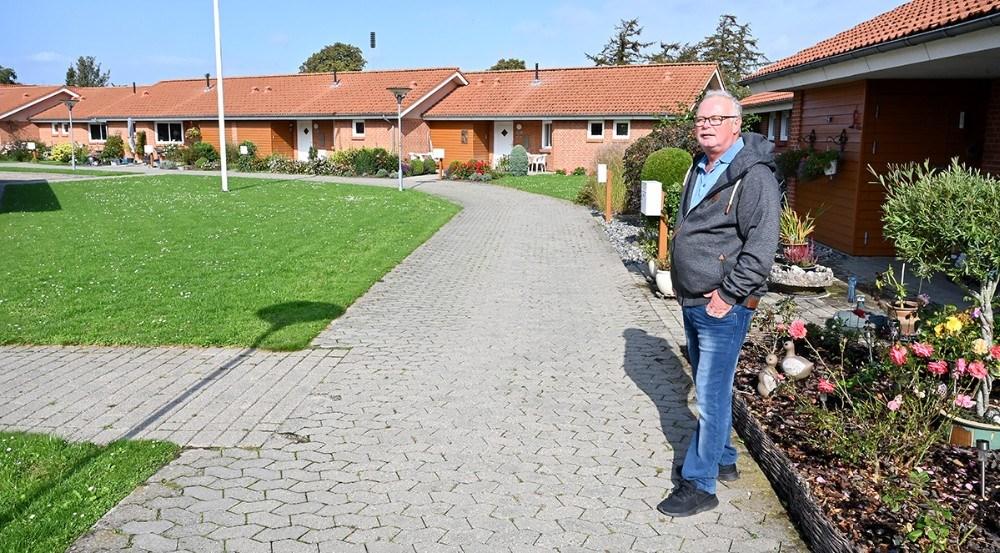 Jens Philip Jensen har i 25 år været forretningsfører for Gørlev Boligselskab, her er han fanget i Æblehaven i Gørlev. Foto: Jens Nielsen