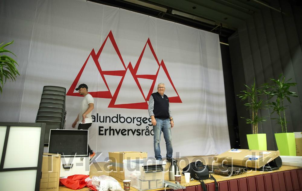 Bestyrelsesformand Ole Lauritzen foran det store banner på scenen. Foto: Jens Nielsen