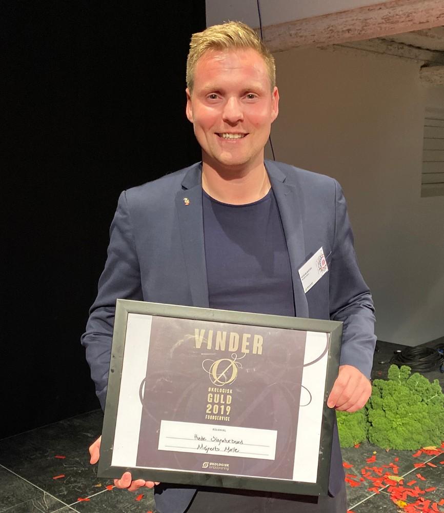 Peter Mejnertsen fra Mejnerts Mølle ved Kalundborg, med beviser for at deres Hvede Signaturbrød har vundet guld. Privatfoto