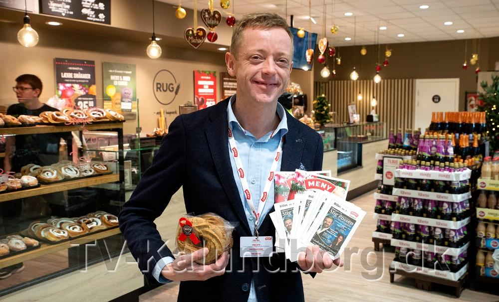 Meny købmand Peter Egebæk er klar med billetterne til julekoncert med Stig Rossen. Foto: Jens Nielsen