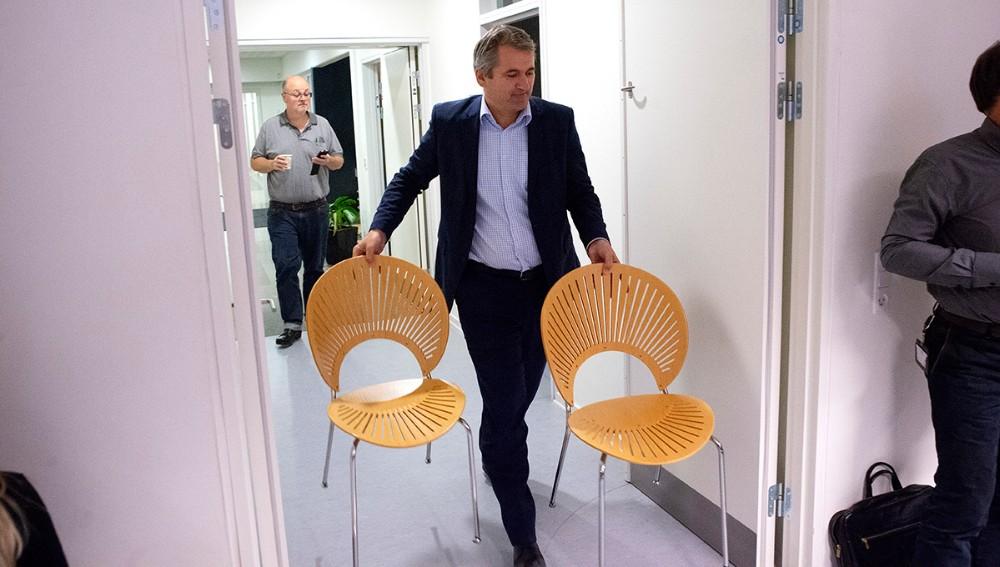 Der måtte hentes ekstra stole ind til de mange borgere som ville følge kommunalbestyrelsesmødet, her direktør Michel van der Linden. Foto: Jens Nielsen