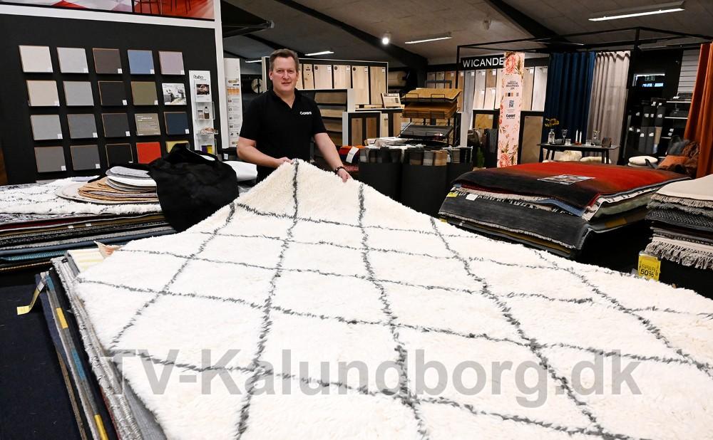 Nikolaj Schädler fra Garant i Kalundborg med tæppet som er designet af danske Emil Thorup. Foto: Jens Nielsen