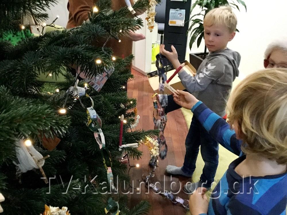 Børnene fra Tømmerup Fribørnehave pyntede juletræet i Jyske Bank. Privatfoto
