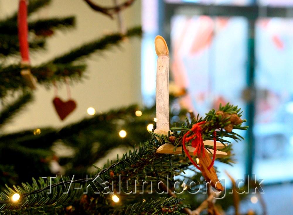 Børnene fra Tømmerup Fribørnehave pyntede juletræet i Jyske Bank. Foto: Jens Nielsen