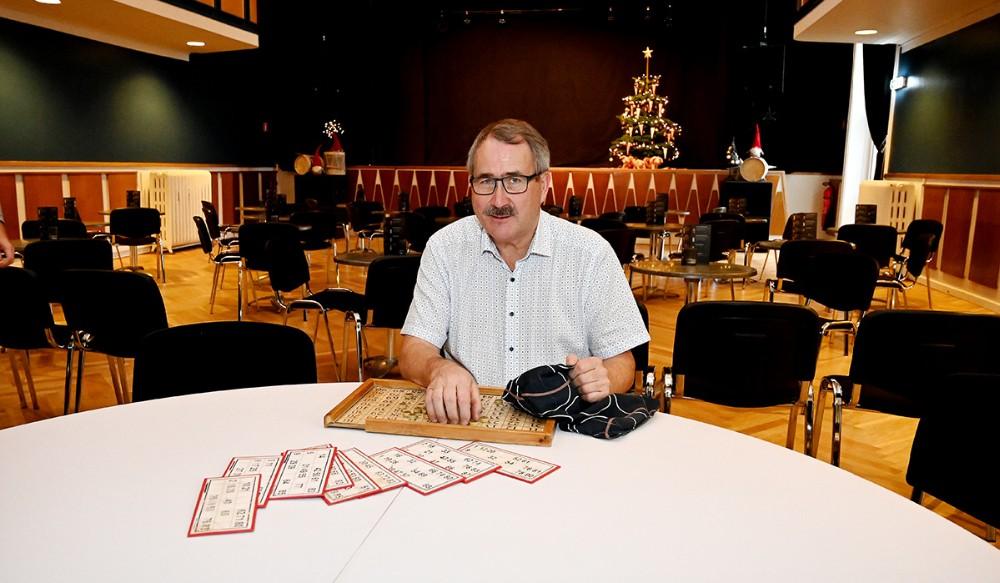 Niels-Erik Sørensen skal fremover råbe banko numre op på Postgaarden i stedet for i Kalundborghallen. Foto: Jens Nielsen
