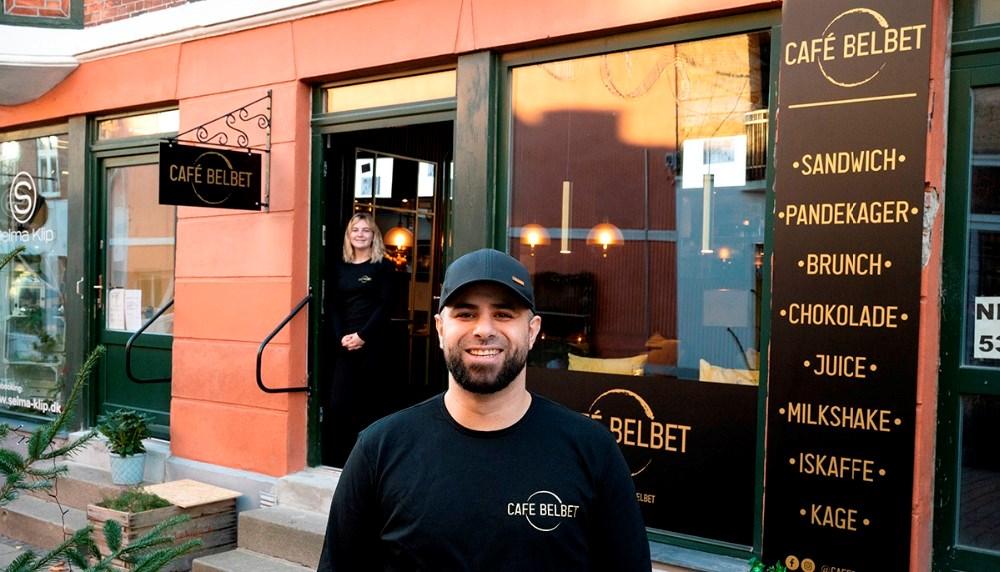 Mohamad Yassin foran sin nye cafe, som åbner på tirsdag. Foto: Jens Nielsen