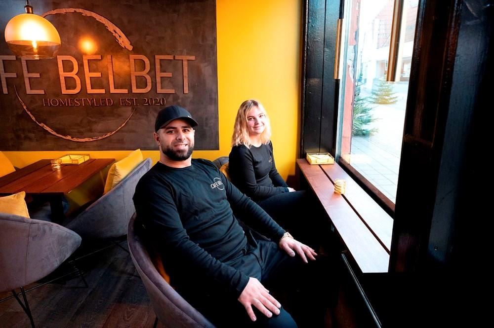 Mohamad Yassin og Silke Stigaard ved et af cafeens borde som vender ud mod Skibbrogade. Foto: Jens Nielsen