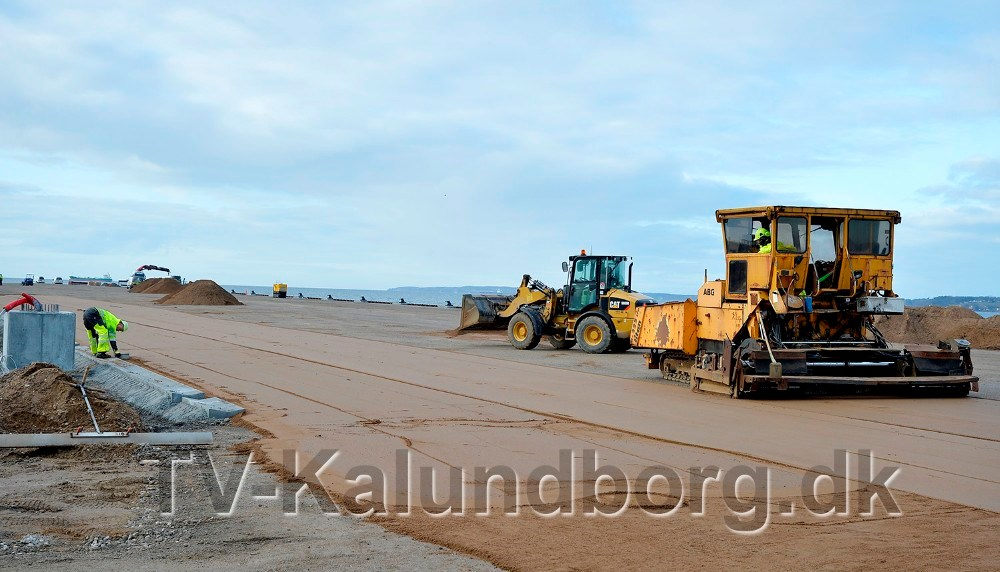 Belægningsarbejdet på selve kajgaden er godt i gang.Foto: Jens Nielsen
