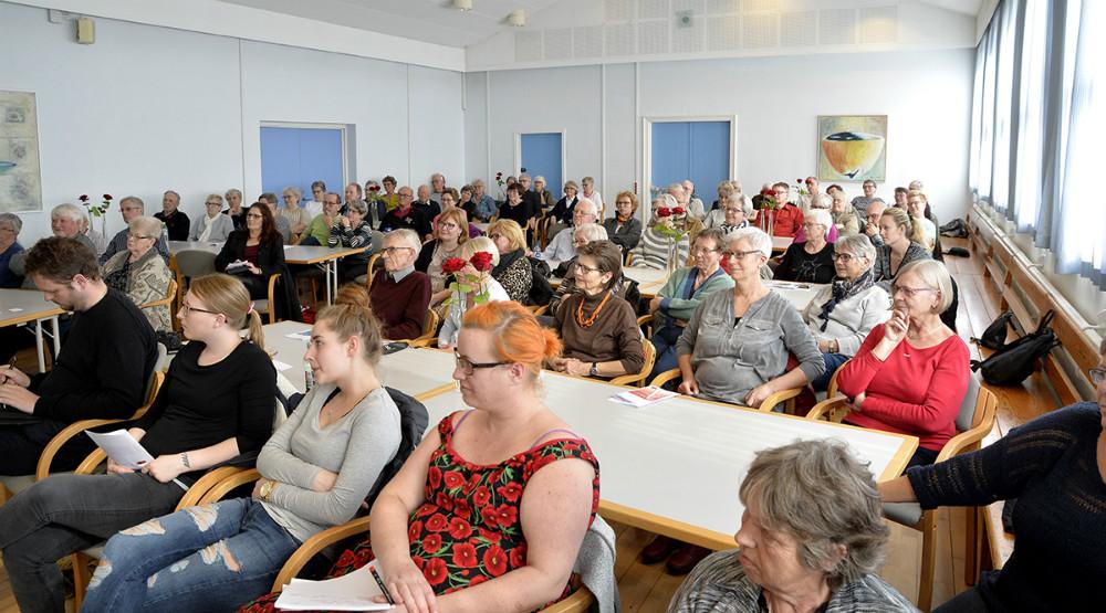 Næsten 100 tilhørere til foredraget om demens i Ubby Forsamlingshus. Foto: Jens Nielsen