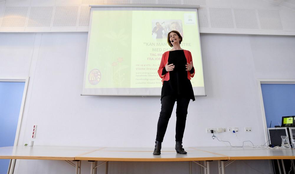 Forfatteren Vibeke Drevsen Bach fortalte tirsdag om demens for næsten 100 tilhørere. Foto: Jens Nielsen