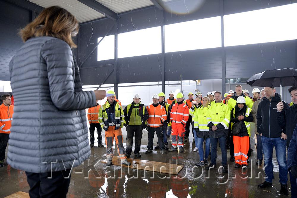 Bestyrelsesformand Anne Marie Hansen takkede håndværkerne forderes indsats og arrangement. Foto: Jens Nielsen