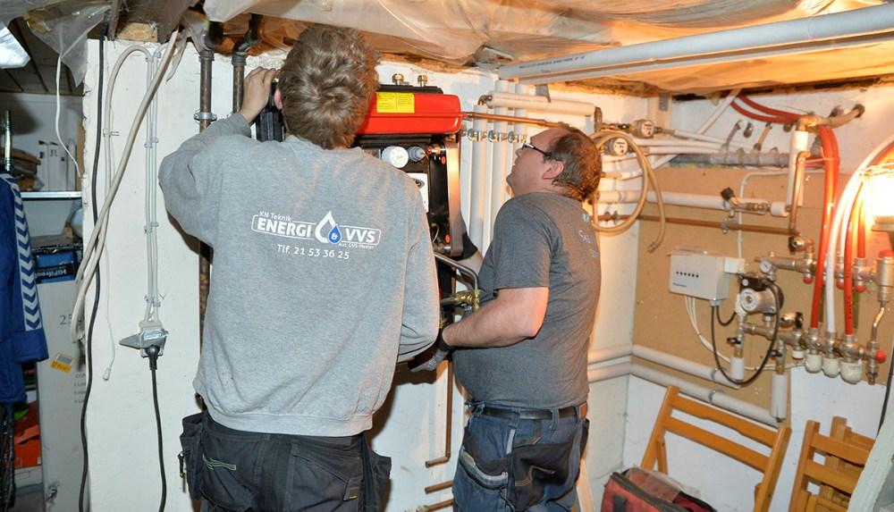 Kim Nielsen og Jannick Hansen i gang med at udskifte en fjernvarmeunit hos en kunde i Raklev. Foto: Jens Nielsen